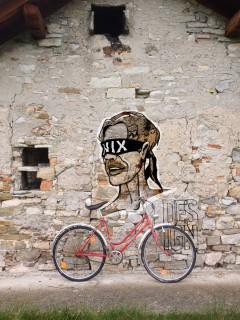 altes radl vor neuer wand digital street art